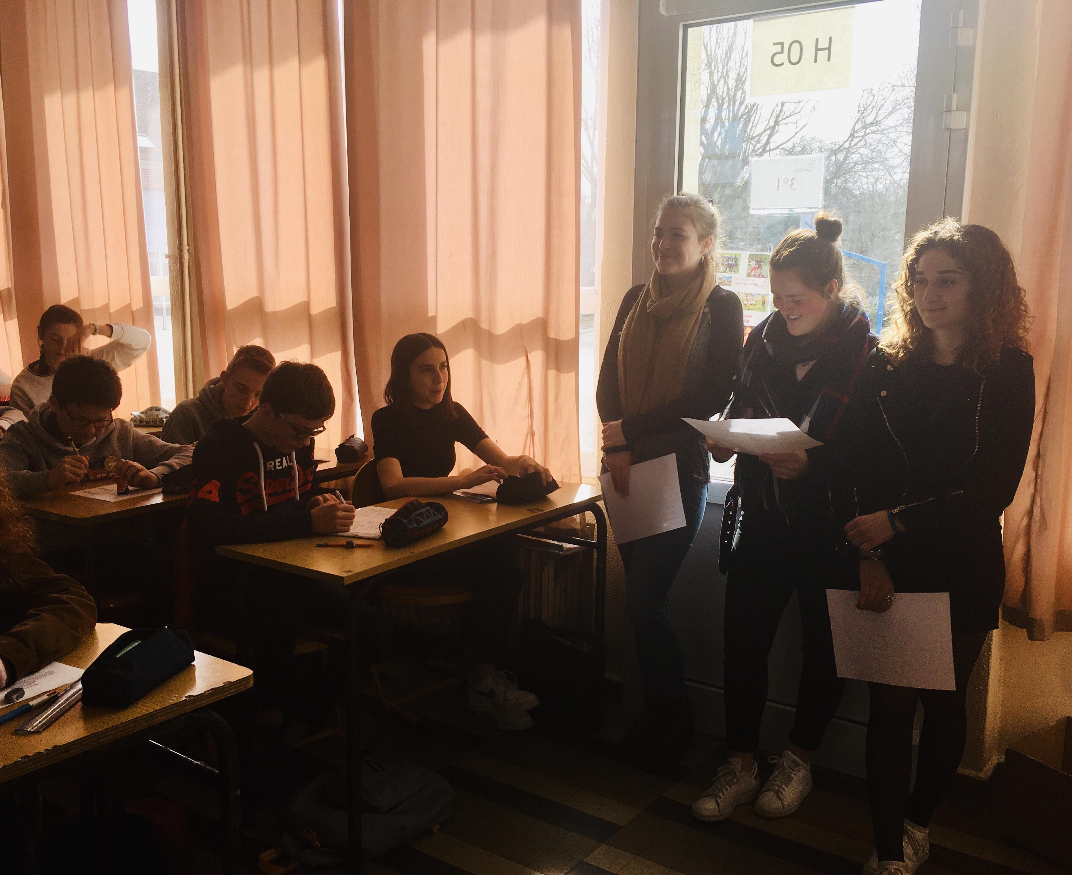 Les élèves de 1ère présentent l'italien à d'autres élèves